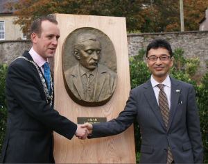 Mayor of Waterford City & County Council Cllr John Cummins with Professor Bon Koizumi, great grandson of Lafcadio Hearn, being presented with a bust of Lafcadio Hearn on behalf of Matsue City, Japan.